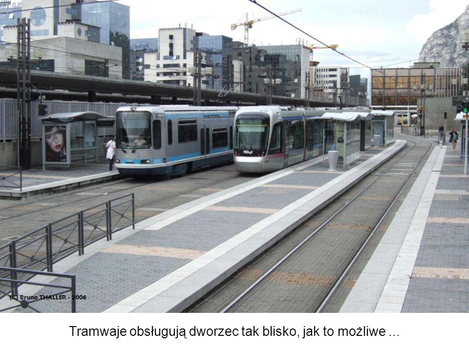 Tramwaje obsługują dworzec tak blisko, jak to możliwe...