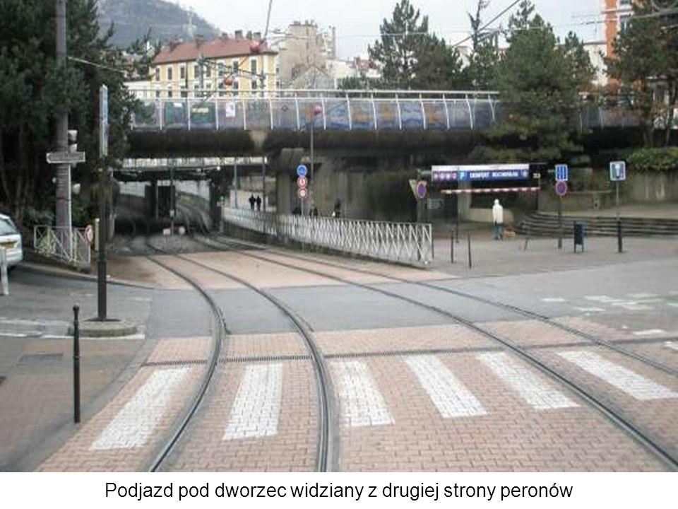 Podjazd pod dworzec widziany z drugiej strony peronów