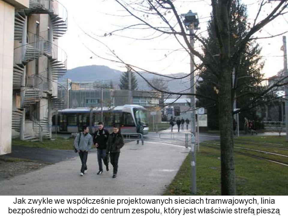 Jak zwykle we współcześnie projektowanych sieciach tramwajowych, linia bezpośrednio wchodzi do centrum zespołu, który jest właściwie strefą pieszą