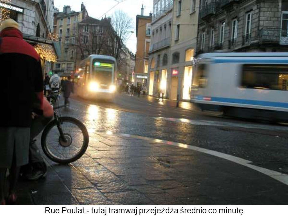 Rue Poulat - tutaj tramwaj przejeżdża średnio co minutę