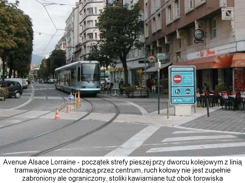 Typowy design przystanku - ponieważ pojęcie ścisłej strefy pieszej było jeszcze cały czas aktualne w momencie przywrócenia tramwaju (1987 r.), projektanci starali się utrzymać wrażenie jednorodności powierzchni ulicy, pomimo istnienia torów tramwajowych