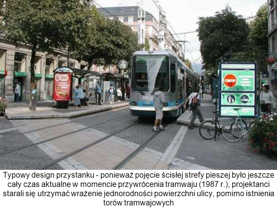 Typowy design przystanku - ponieważ pojęcie ścisłej strefy pieszej było jeszcze cały czas aktualne w momencie przywrócenia tramwaju (1987 r.), projekt