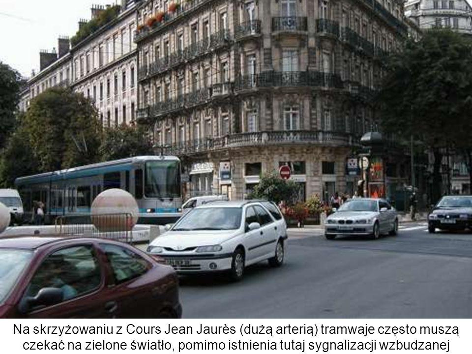 Na skrzyżowaniu z Cours Jean Jaurès (dużą arterią) tramwaje często muszą czekać na zielone światło, pomimo istnienia tutaj sygnalizacji wzbudzanej