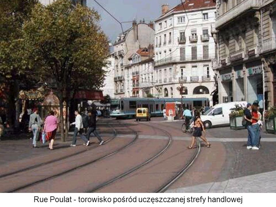 Rue St-Jacques - zaraz za rogiem, pełne przestrzennej finezji miejsce na linii śródmiejskiej