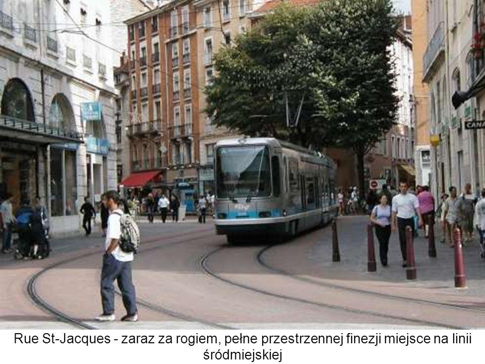 Przejście między głównym wejściem do dworca a przystankami tramwajów