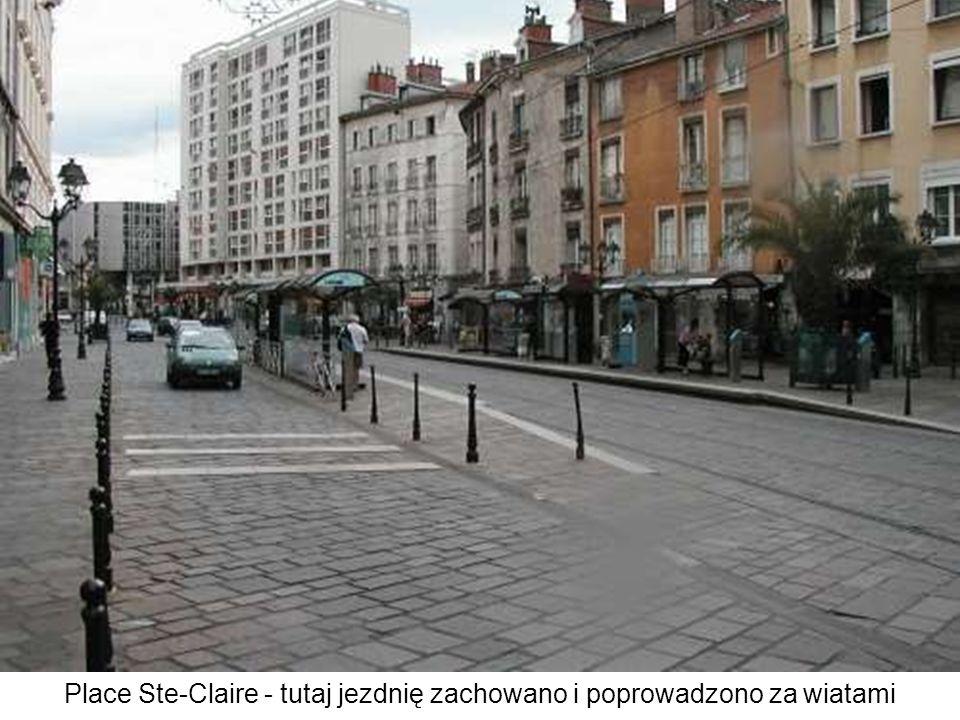 Place Notre Dame - tramwaje na linii B przejeżdżają pomiędzy katedrą i fontanną, metr lub dwa od basenu