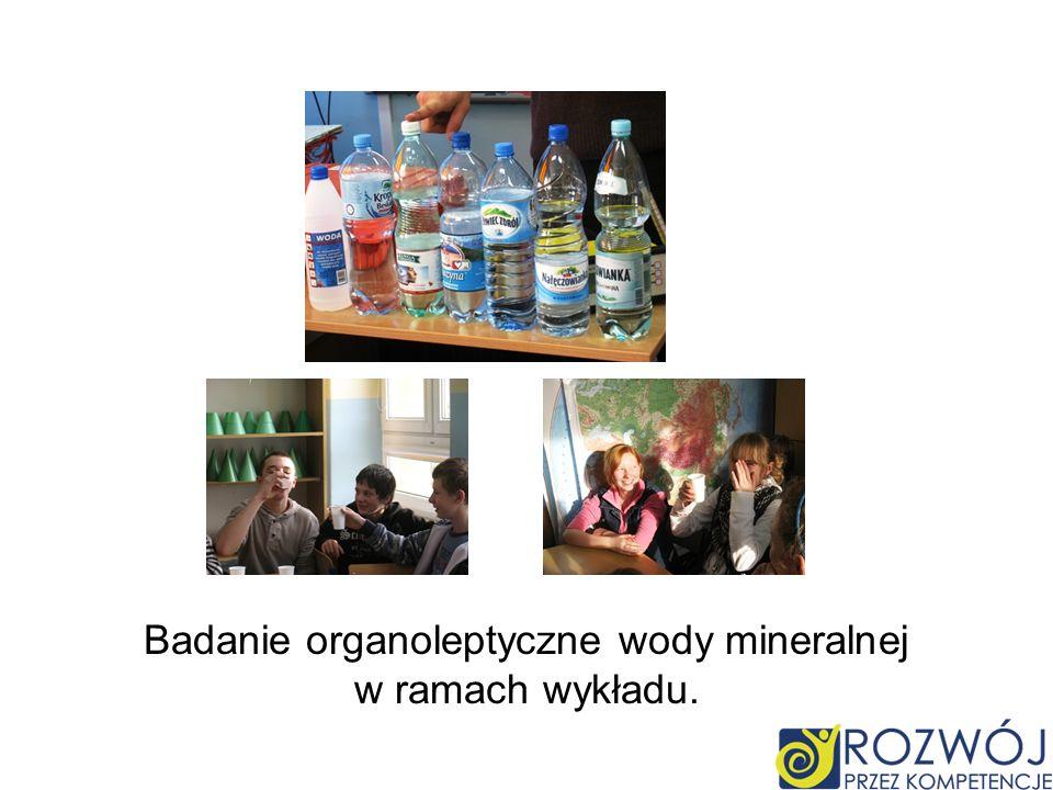 Badanie organoleptyczne wody mineralnej w ramach wykładu.