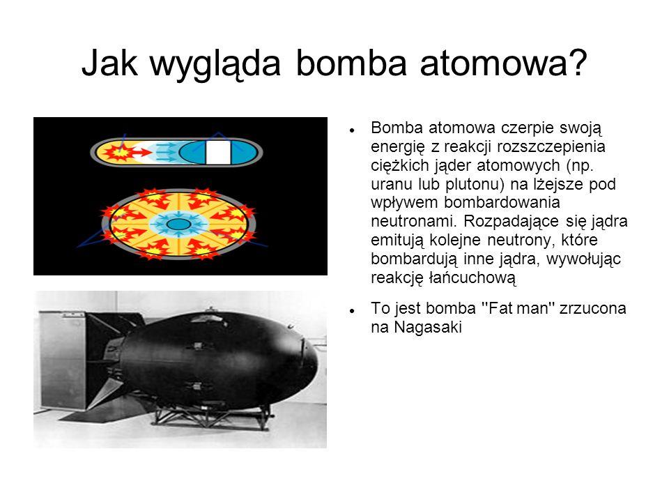 Jak wygląda bomba atomowa? Bomba atomowa czerpie swoją energię z reakcji rozszczepienia ciężkich jąder atomowych (np. uranu lub plutonu) na lżejsze po