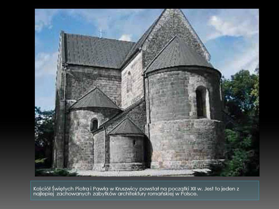 Powstawały zazwyczaj na planie krzyża, a prezbiterium zamykano półkolistą absydą. Wnętrze świątyni było podzielone rzędami kolumn lub filarów na trzy
