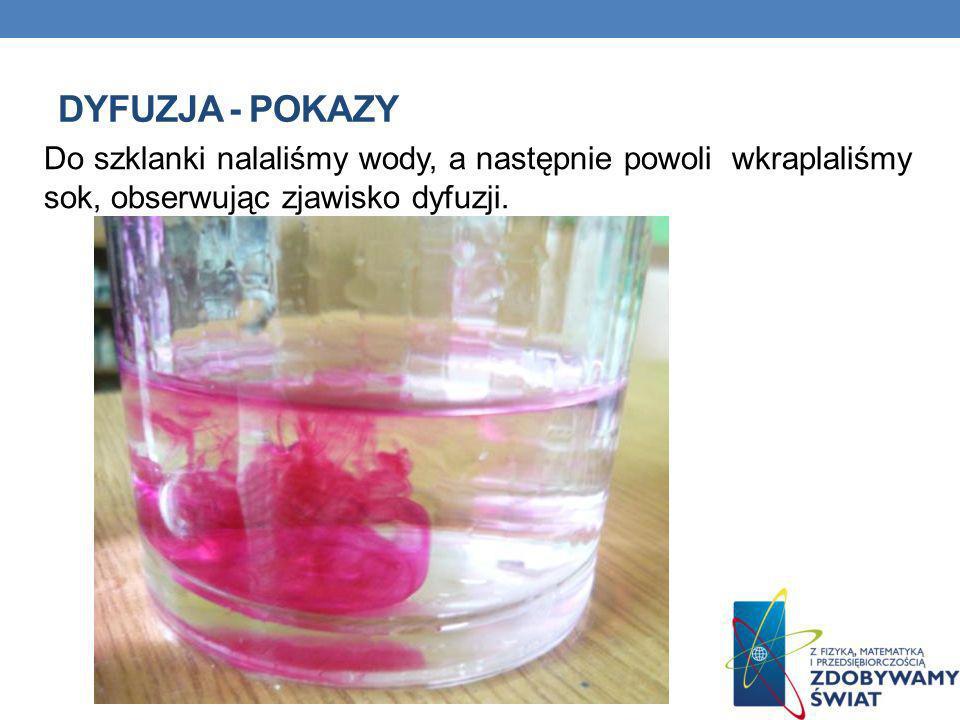 Do szklanki nalaliśmy wody, a następnie powoli wkraplaliśmy sok, obserwując zjawisko dyfuzji.