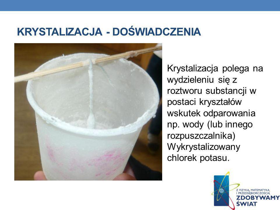 Krystalizacja polega na wydzieleniu się z roztworu substancji w postaci kryształów wskutek odparowania np. wody (lub innego rozpuszczalnika) Wykrystal