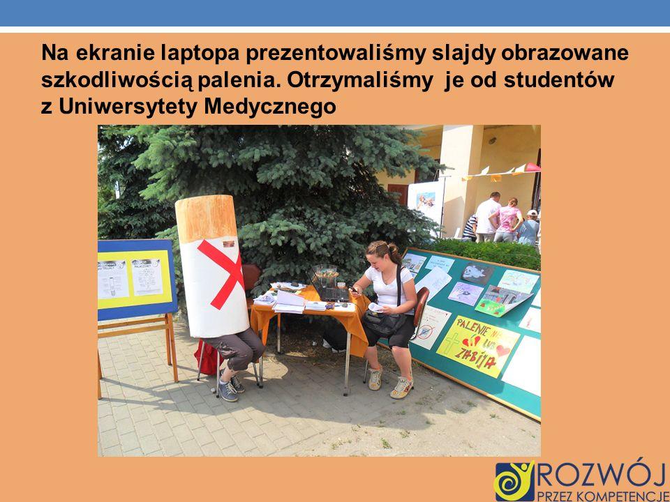 Na ekranie laptopa prezentowaliśmy slajdy obrazowane szkodliwością palenia.