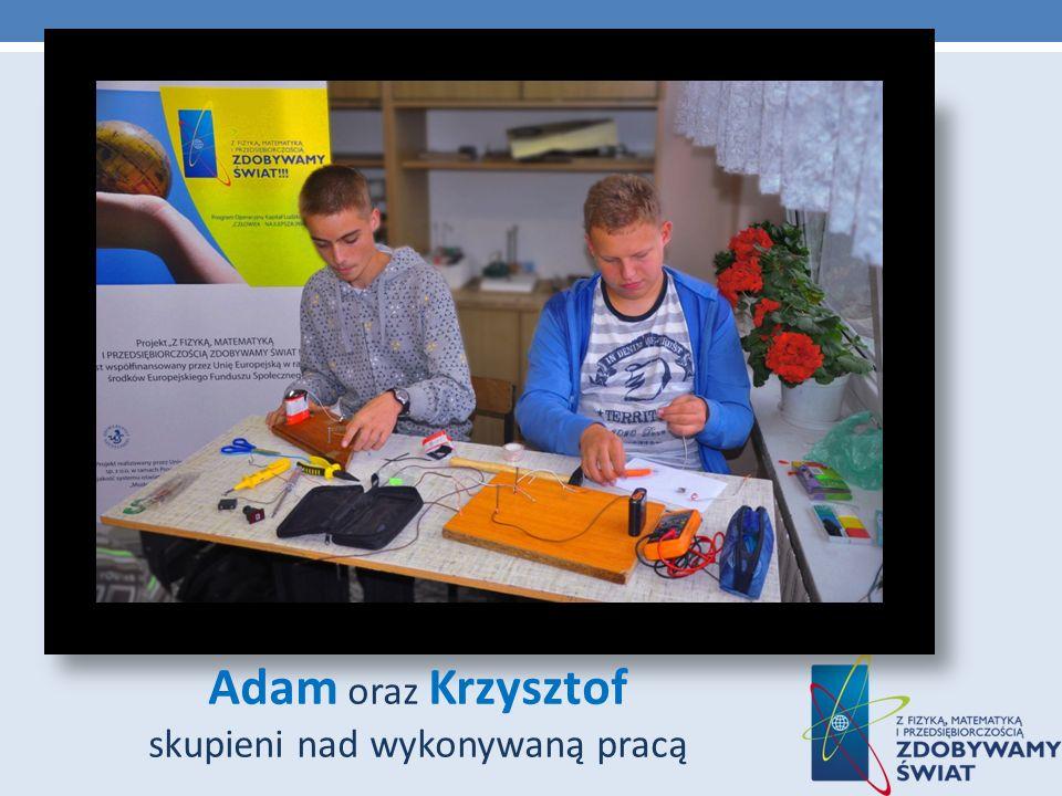 Adam oraz Krzysztof skupieni nad wykonywaną pracą