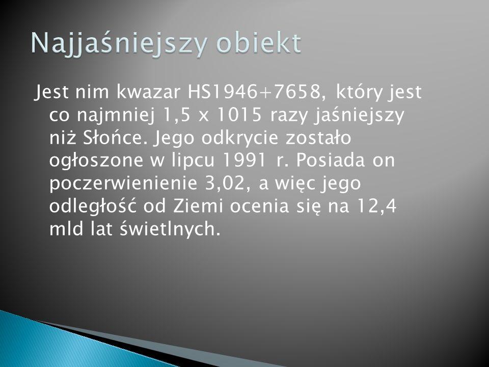Jest nim kwazar HS1946+7658, który jest co najmniej 1,5 x 1015 razy jaśniejszy niż Słońce.