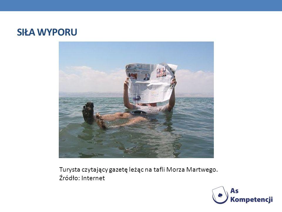 SIŁA WYPORU Turysta czytający gazetę leżąc na tafli Morza Martwego. Źródło: Internet