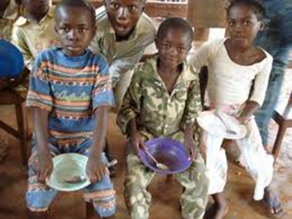 Jak jedzą ludzie w Afryce.Kiedy dzieci są małe, jedzą jeszcze z matką i ciotkami.