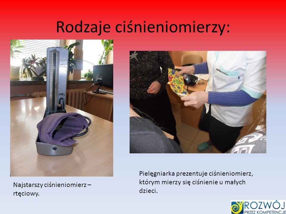 Rodzaje ciśnieniomierzy: Najstarszy ciśnieniomierz – rtęciowy. Pielęgniarka prezentuje ciśnieniomierz, którym mierzy się ciśnienie u małych dzieci.