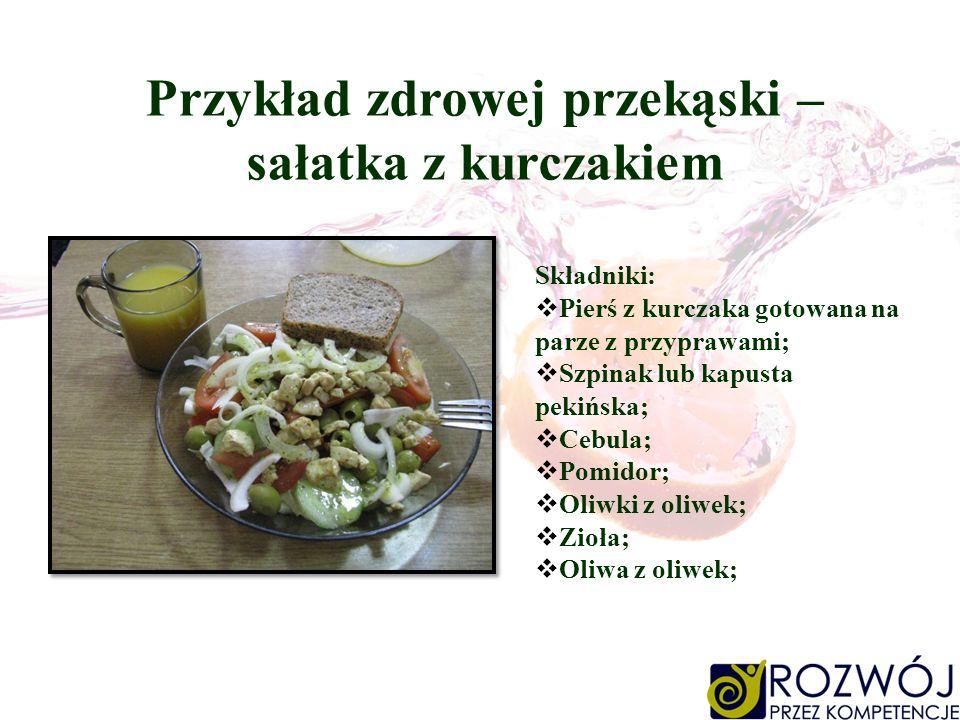 Przykład zdrowej przekąski – sałatka z kurczakiem Składniki: Pierś z kurczaka gotowana na parze z przyprawami; Szpinak lub kapusta pekińska; Cebula; P
