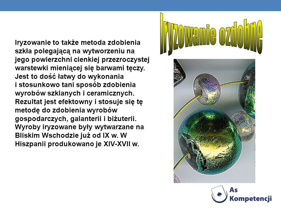 Iryzowanie to także metoda zdobienia szkła polegającą na wytworzeniu na jego powierzchni cienkiej przezroczystej warstewki mieniącej się barwami tęczy