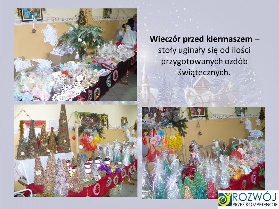 Wieczór przed kiermaszem – stoły uginały się od ilości przygotowanych ozdób świątecznych.