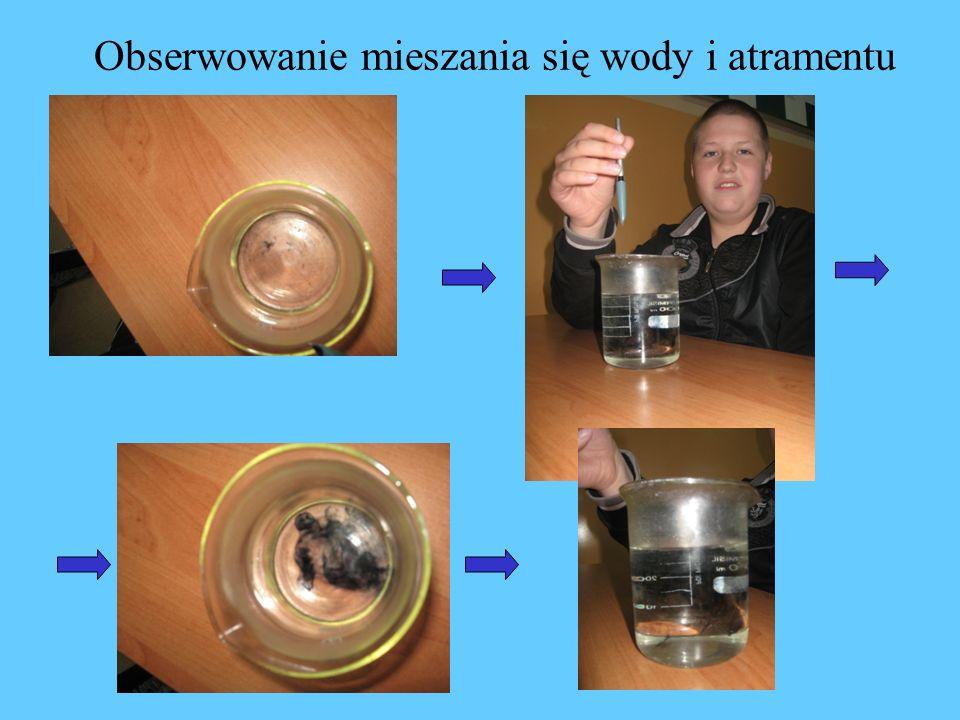 Obserwowanie mieszania się wody i atramentu