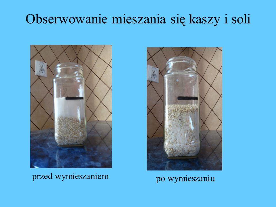 Obserwowanie mieszania się kaszy i soli przed wymieszaniem po wymieszaniu