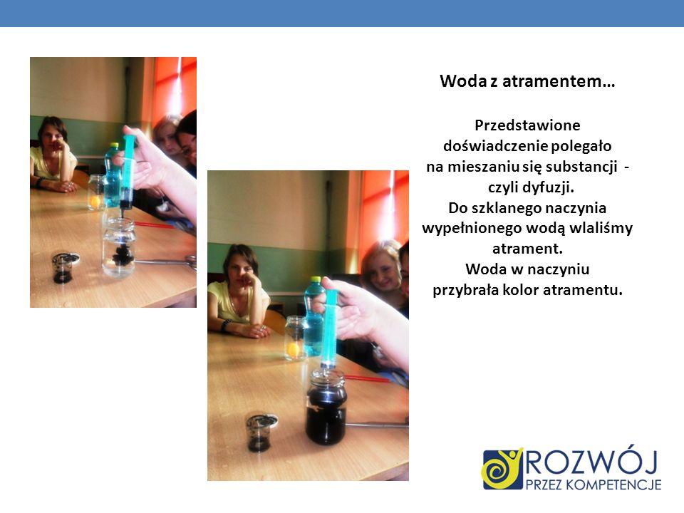 Woda z atramentem… Przedstawione doświadczenie polegało na mieszaniu się substancji - czyli dyfuzji. Do szklanego naczynia wypełnionego wodą wlaliśmy