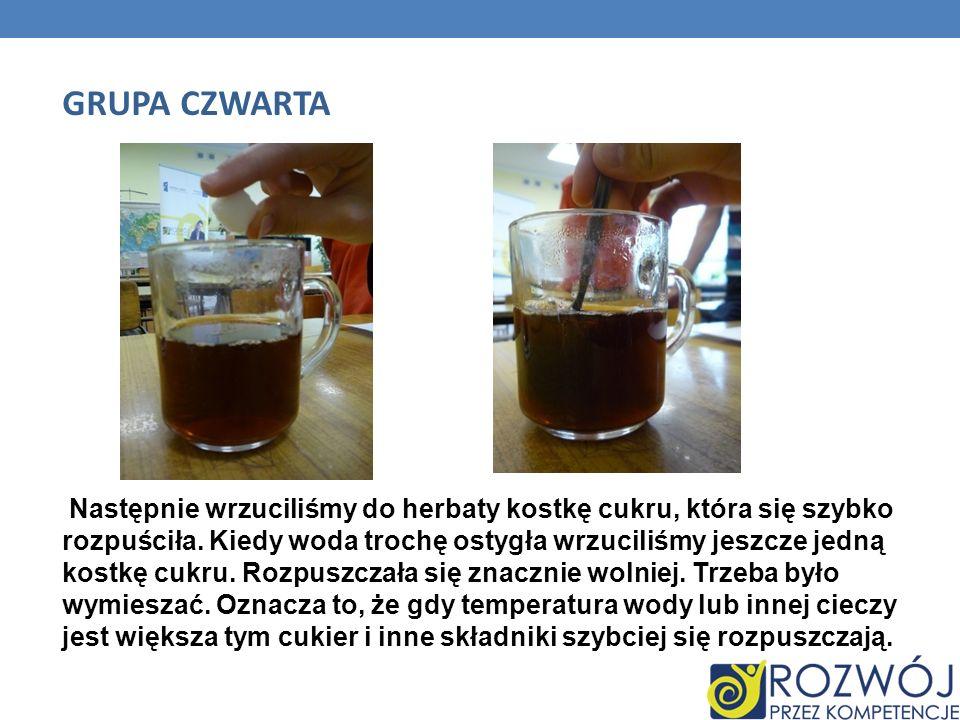 Następnie wrzuciliśmy do herbaty kostkę cukru, która się szybko rozpuściła. Kiedy woda trochę ostygła wrzuciliśmy jeszcze jedną kostkę cukru. Rozpuszc