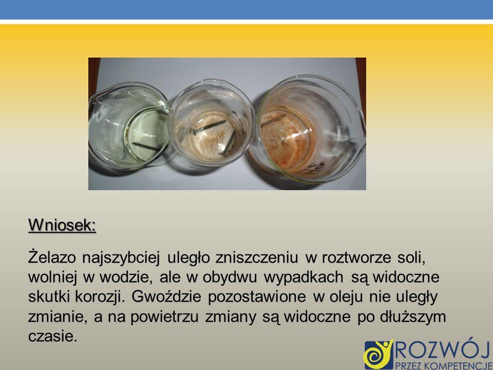 Wniosek: Żelazo najszybciej uległo zniszczeniu w roztworze soli, wolniej w wodzie, ale w obydwu wypadkach są widoczne skutki korozji. Gwoździe pozosta