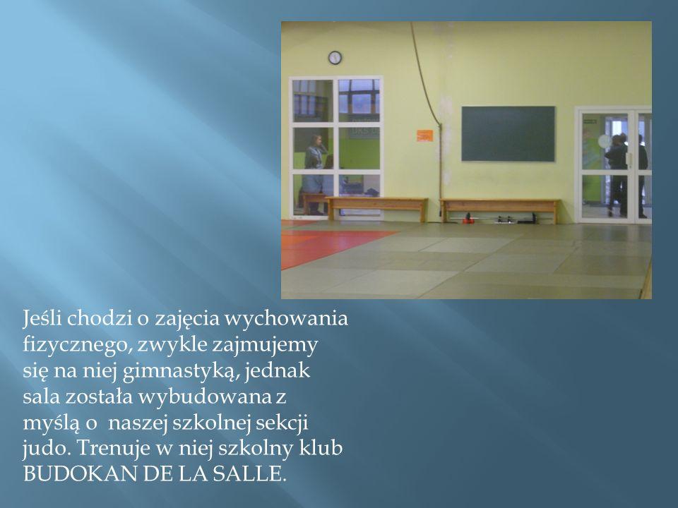 Jeśli chodzi o zajęcia wychowania fizycznego, zwykle zajmujemy się na niej gimnastyką, jednak sala została wybudowana z myślą o naszej szkolnej sekcji judo.