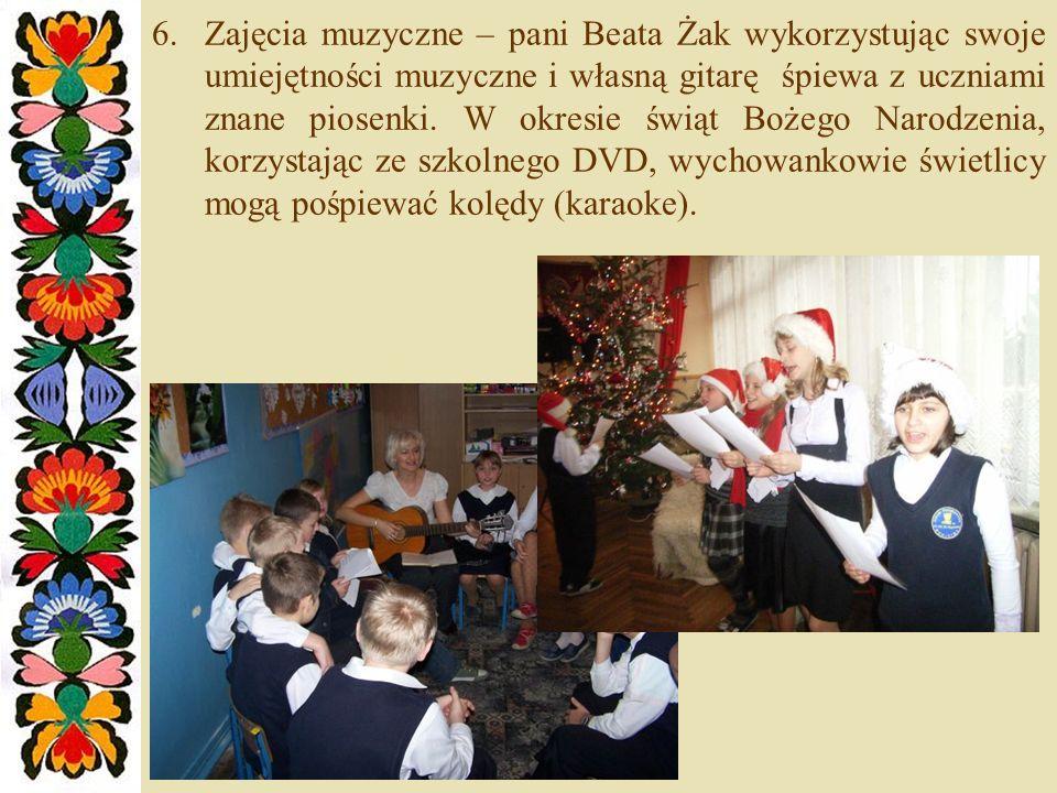 6.Zajęcia muzyczne – pani Beata Żak wykorzystując swoje umiejętności muzyczne i własną gitarę śpiewa z uczniami znane piosenki.