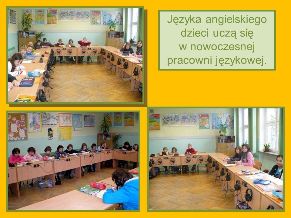 2011-03-02 Języka angielskiego dzieci uczą się w nowoczesnej pracowni językowej.