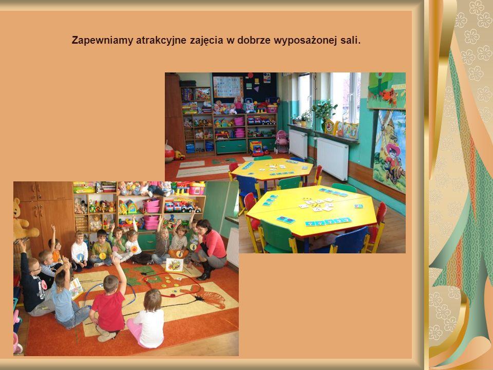 Dzieci korzystają z placu zabaw, który jest wyposażony w nowoczesny, bezpieczny sprzęt do zabaw ruchowych.