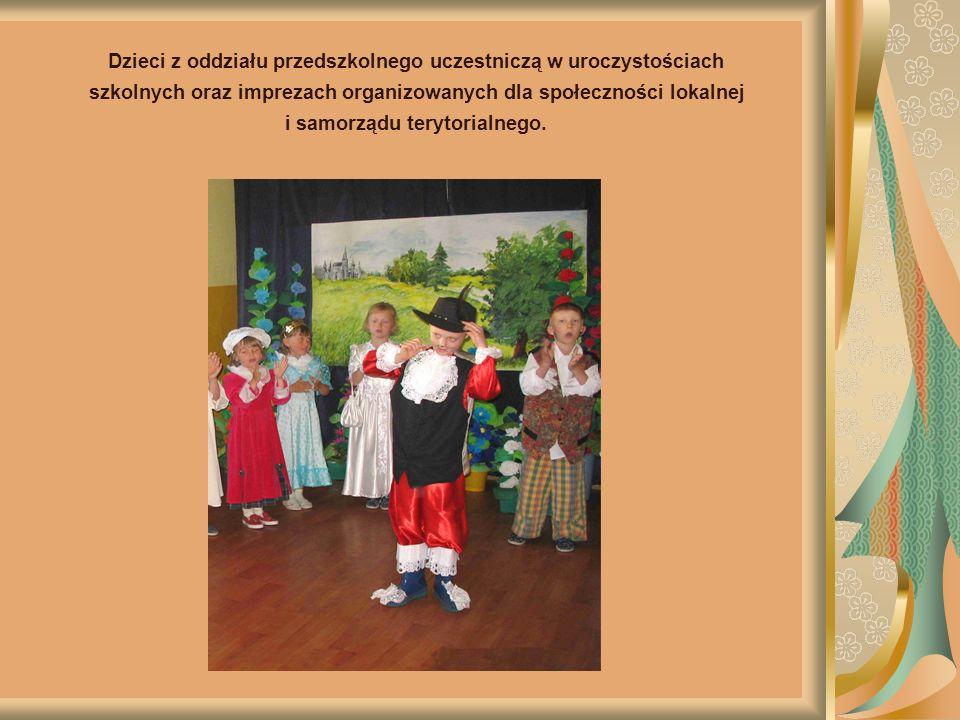 Dzieci z oddziału przedszkolnego uczestniczą w uroczystościach szkolnych oraz imprezach organizowanych dla społeczności lokalnej i samorządu terytorialnego.