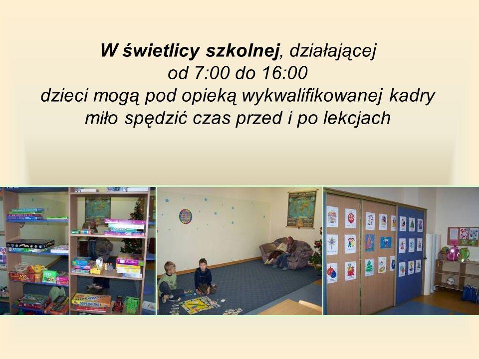 W świetlicy szkolnej, działającej od 7:00 do 16:00 dzieci mogą pod opieką wykwalifikowanej kadry miło spędzić czas przed i po lekcjach