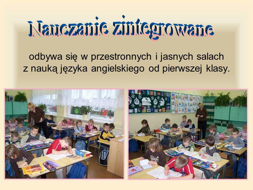 odbywa się w przestronnych i jasnych salach z nauką języka angielskiego od pierwszej klasy.