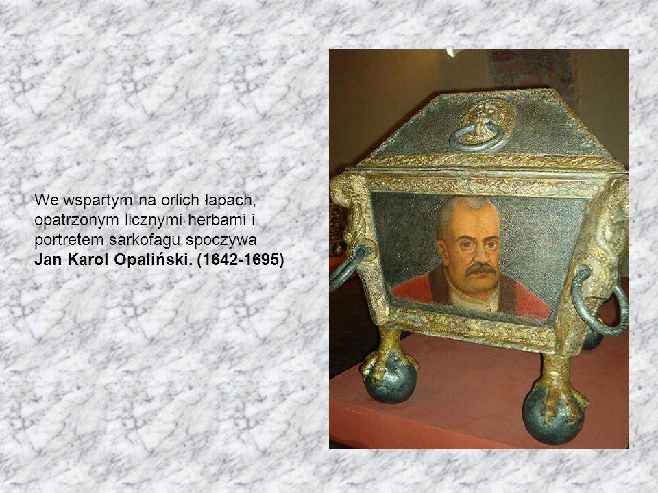 We wspartym na orlich łapach, opatrzonym licznymi herbami i portretem sarkofagu spoczywa Jan Karol Opaliński. (1642-1695)