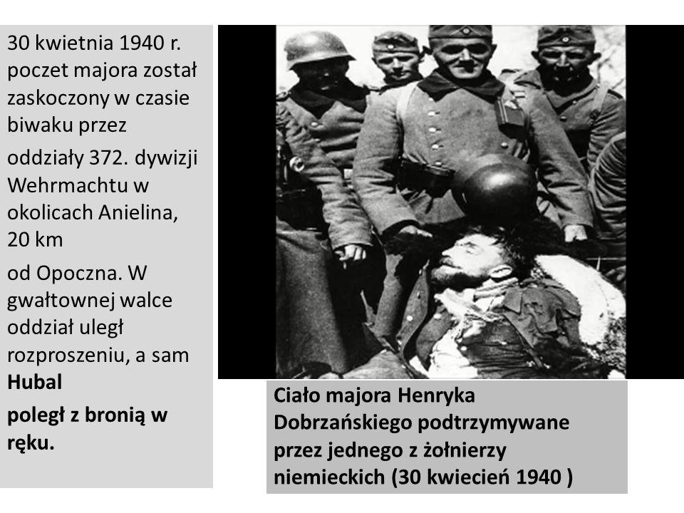Ciało majora Henryka Dobrzańskiego podtrzymywane przez jednego z żołnierzy niemieckich (30 kwiecień 1940 ) 30 kwietnia 1940 r. poczet majora został za