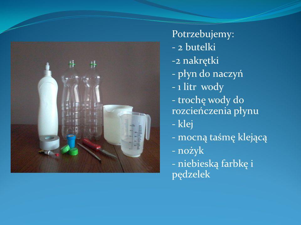 Potrzebujemy: - 2 butelki -2 nakrętki - płyn do naczyń - 1 litr wody - trochę wody do rozcieńczenia płynu - klej - mocną taśmę klejącą - nożyk - niebi
