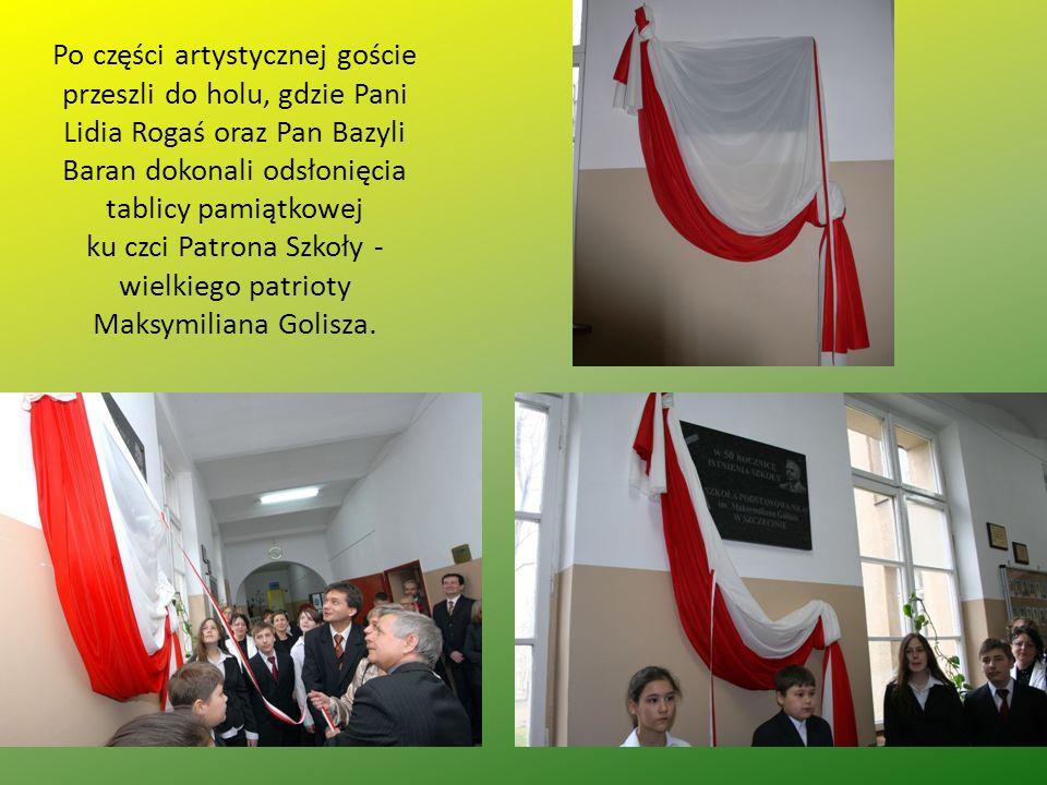 Po części artystycznej goście przeszli do holu, gdzie Pani Lidia Rogaś oraz Pan Bazyli Baran dokonali odsłonięcia tablicy pamiątkowej ku czci Patrona
