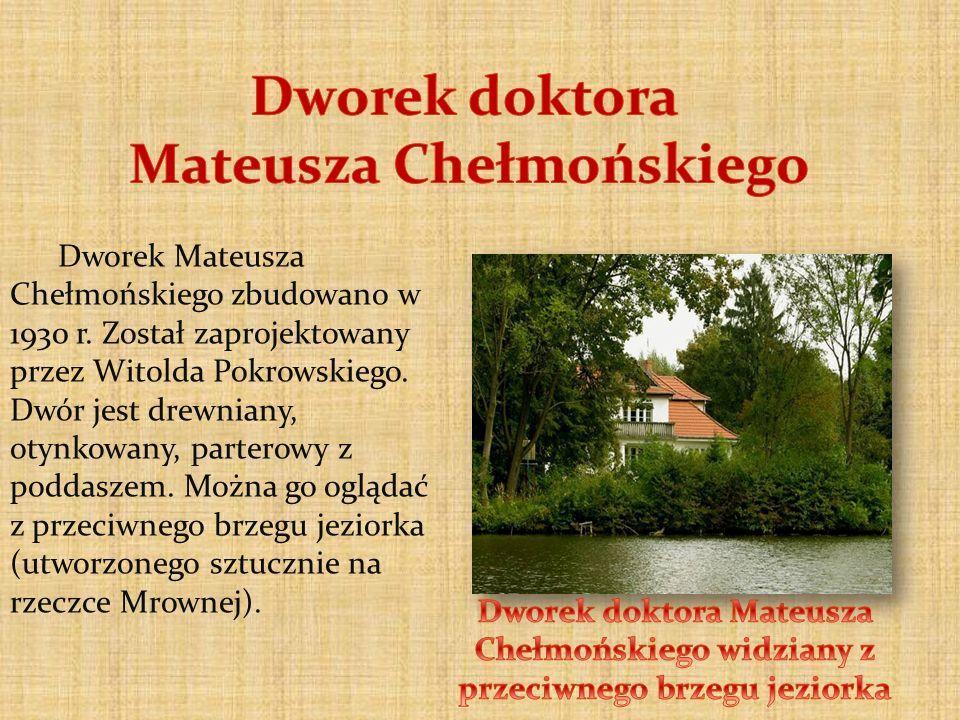 Dworek Mateusza Chełmońskiego zbudowano w 1930 r. Został zaprojektowany przez Witolda Pokrowskiego. Dwór jest drewniany, otynkowany, parterowy z podda