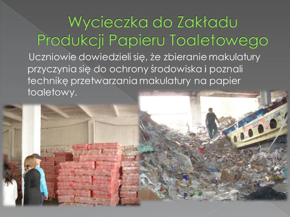 Uczniowie dowiedzieli się, że zbieranie makulatury przyczynia się do ochrony środowiska i poznali technikę przetwarzania makulatury na papier toaletowy.