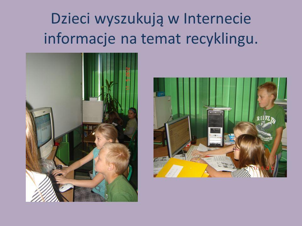 Dzieci wyszukują w Internecie informacje na temat recyklingu.