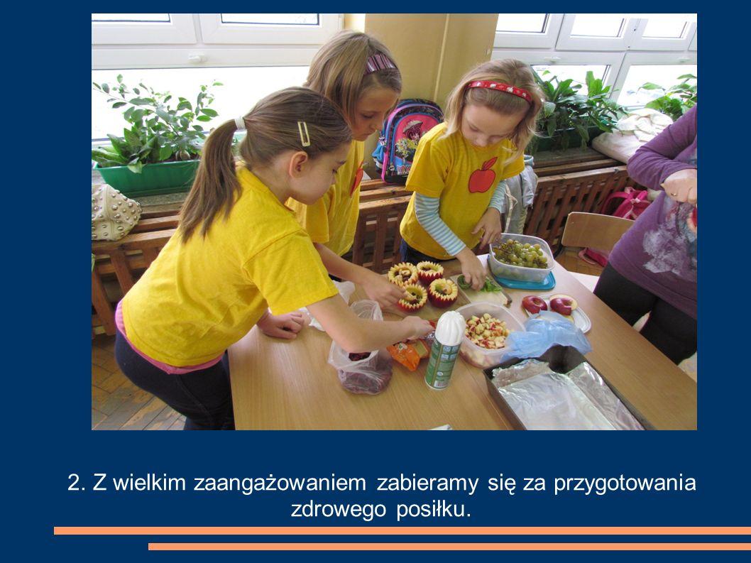 2. Z wielkim zaangażowaniem zabieramy się za przygotowania zdrowego posiłku.