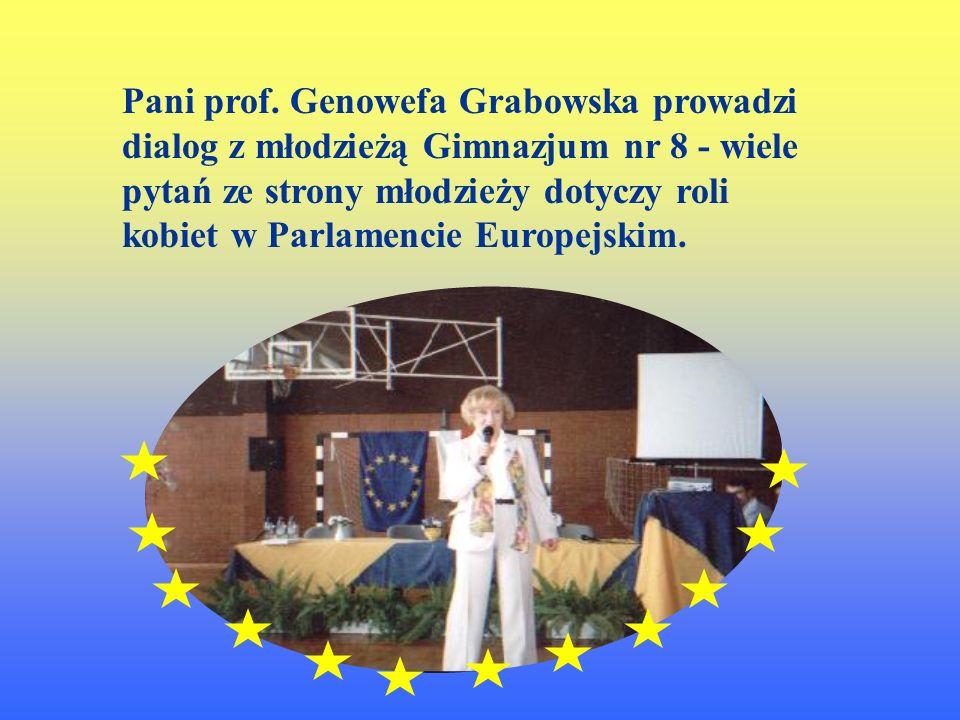 Pan poseł Zbigniew Podraza przybliża młodzieży dzień Parlamentarzysty.
