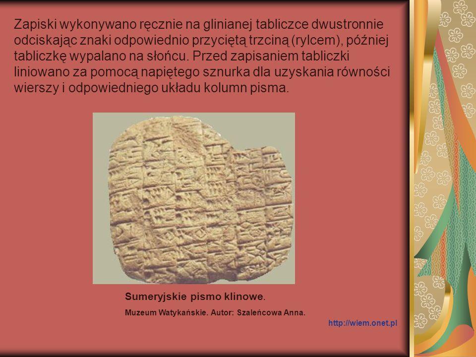 Zmiana materiału pisarskiego z papirusu na pergamin wpłynęła na modyfikacje pisma.