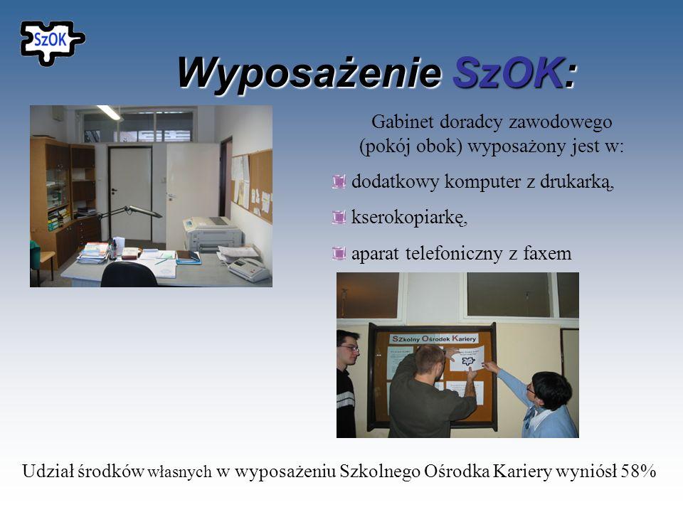 Wyposażenie SzOK: Sala do szkoleń dla grupy 15 osób wyposażona jest w: Komputer ze stałym dostępem do internetu, Drukarkę laserową, Rzutnik i ekran, K