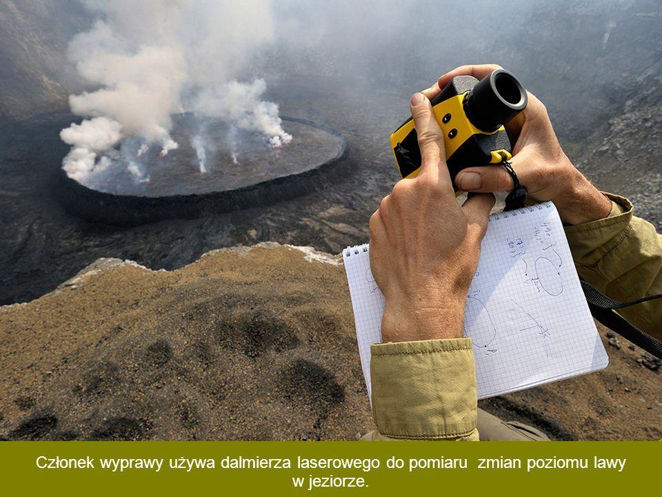 Z powodu gorąca i niebezpiecznych gazów wulkanicznych, członkowie wyprawy często muszą używać masek gazowych, nawet w czasie snu.