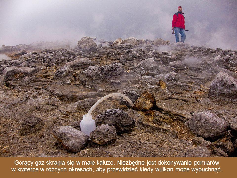 Dario Tedesco, wulkanolog, pobiera próbki gazu do dalszych badań.