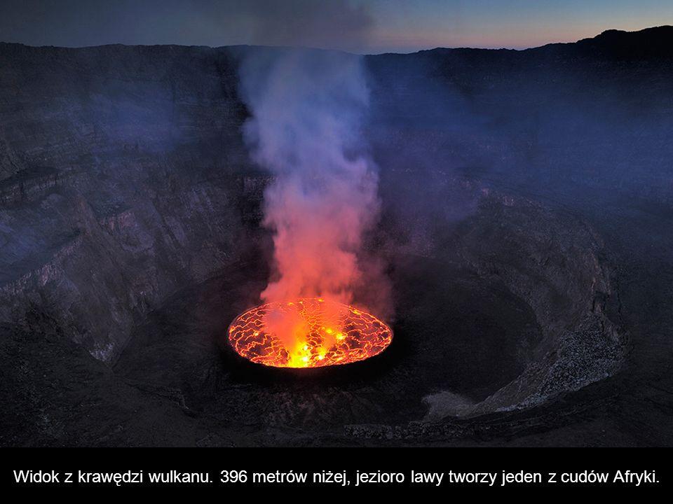 Widok z krawędzi wulkanu. 396 metrów niżej, jezioro lawy tworzy jeden z cudów Afryki.